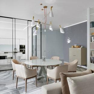 Esempio di un grande soggiorno classico chiuso con pareti bianche e pavimento con piastrelle in ceramica