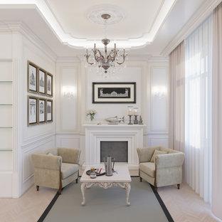 Mittelgroßes Klassisches Wohnzimmer mit beiger Wandfarbe, braunem Holzboden, Kamin, Kaminumrandung aus Stein, Wand-TV und gelbem Boden in Sonstige