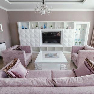 На фото: доступные большие открытые гостиные комнаты в современном стиле с розовыми стенами, мультимедийным центром, бежевым полом и полом из керамогранита