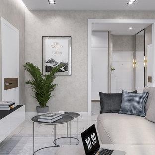 Mittelgroßes, Offenes Modernes Wohnzimmer mit beiger Wandfarbe, Keramikboden, Wand-TV und weißem Boden in Sonstige