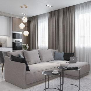 Ejemplo de salón abierto, actual, de tamaño medio, con paredes beige, suelo de baldosas de cerámica, televisor colgado en la pared y suelo blanco
