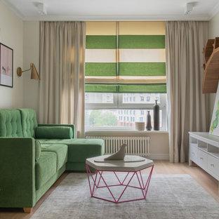 Неиссякаемый источник вдохновения для домашнего уюта: изолированная гостиная комната среднего размера в стиле современная классика с бежевыми стенами, паркетным полом среднего тона и коричневым полом без камина, ТВ