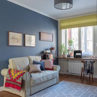 Immagine di un piccolo soggiorno minimalista chiuso con pareti blu, pavimento in legno massello medio, nessun camino, nessuna TV e pavimento marrone