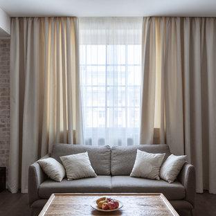 Неиссякаемый источник вдохновения для домашнего уюта: гостиная комната в стиле современная классика с серыми стенами, темным паркетным полом и коричневым полом