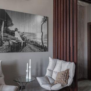 Idee per un soggiorno minimal aperto e di medie dimensioni con pareti grigie, pavimento in sughero e pavimento marrone