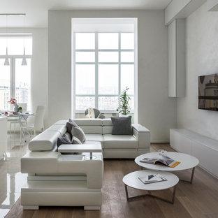 Неиссякаемый источник вдохновения для домашнего уюта: открытая, парадная гостиная комната среднего размера в современном стиле с паркетным полом среднего тона, телевизором на стене, белыми стенами и коричневым полом без камина