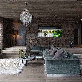 Immagine di un ampio soggiorno contemporaneo aperto con pareti marroni, pavimento in legno massello medio, TV autoportante, sala formale, nessun camino e pavimento grigio