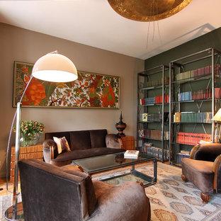 Modelo de biblioteca en casa cerrada, de estilo zen, de tamaño medio, sin chimenea, con paredes marrones, suelo de madera en tonos medios y suelo amarillo