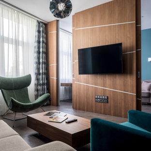 Kleines, Offenes Modernes Wohnzimmer mit blauer Wandfarbe, braunem Holzboden, Wand-TV, braunem Boden und Holzwänden in Moskau