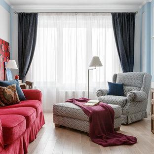 Неиссякаемый источник вдохновения для домашнего уюта: гостиная комната в стиле современная классика с белыми стенами, светлым паркетным полом, отдельно стоящим ТВ и бежевым полом