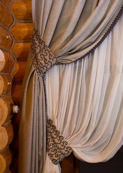 Классический Гостиная Грубость и изысканность в оформлении окна.