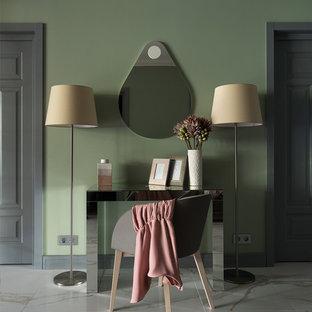 Стильный дизайн: гостиная комната в современном стиле с зелеными стенами, серым полом и правильным освещением - последний тренд