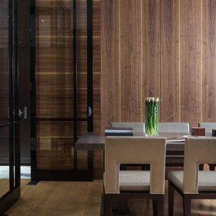 Создайте стильный интерьер: большая гостиная комната в современном стиле с коричневыми стенами и светлым паркетным полом - последний тренд