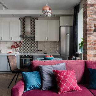 Пример оригинального дизайна: открытая гостиная комната среднего размера в современном стиле с красными стенами, коричневым полом и кирпичными стенами