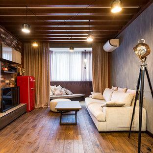 Идея дизайна: двухуровневая гостиная комната среднего размера в стиле лофт с паркетным полом среднего тона, отдельно стоящим ТВ, коричневым полом, разноцветными стенами и правильным освещением