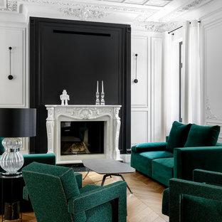 Пример оригинального дизайна: парадная гостиная комната в современном стиле с разноцветными стенами, паркетным полом среднего тона и стандартным камином без ТВ