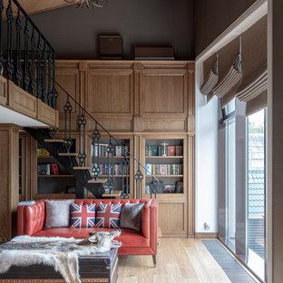 Свежая идея для дизайна: двухуровневая гостиная комната в стиле современная классика с библиотекой, серыми стенами, светлым паркетным полом, бежевым полом и балками на потолке - отличное фото интерьера