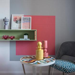 На фото: маленькая гостиная комната в современном стиле с разноцветными стенами с