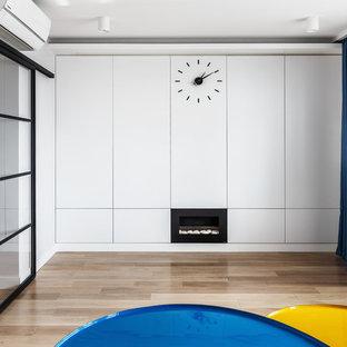 Стильный дизайн: изолированная гостиная комната в современном стиле с белыми стенами, коричневым полом и светлым паркетным полом - последний тренд