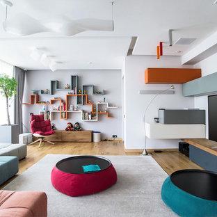 Свежая идея для дизайна: гостиная комната в современном стиле с белыми стенами, паркетным полом среднего тона, отдельно стоящим ТВ и коричневым полом - отличное фото интерьера