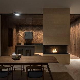 大きいコンテンポラリースタイルのおしゃれなLDK (白い壁、淡色無垢フローリング、木材の暖炉まわり、白い床、標準型暖炉) の写真