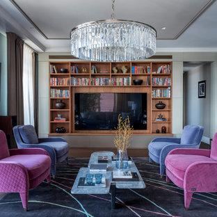 Пример оригинального дизайна: большая открытая гостиная комната в стиле современная классика с синими стенами, темным паркетным полом, мультимедийным центром и коричневым полом