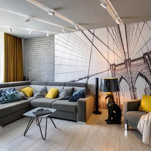 他の地域の中くらいのコンテンポラリースタイルのおしゃれなLDK (ミュージックルーム、グレーの壁、ラミネートの床、据え置き型テレビ、ベージュの床) の写真