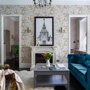 На фото: открытая гостиная комната среднего размера в стиле неоклассика (современная классика) с разноцветными стенами, темным паркетным полом, стандартным камином и фасадом камина из камня