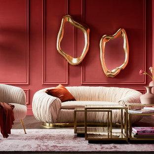 Свежая идея для дизайна: большая гостиная комната в стиле фьюжн с красными стенами, темным паркетным полом и коричневым полом - отличное фото интерьера