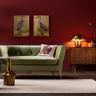 На фото: большая гостиная комната в стиле фьюжн с красными стенами, темным паркетным полом и коричневым полом с