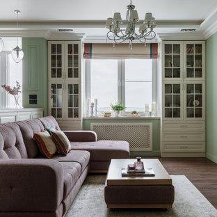 Пример оригинального дизайна: гостиная комната в классическом стиле с зелеными стенами, темным паркетным полом, коричневым полом и многоуровневым потолком