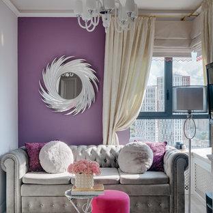 Modelo de salón tradicional renovado, pequeño, con paredes púrpuras y suelo de madera clara