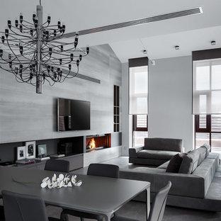 Неиссякаемый источник вдохновения для домашнего уюта: огромная парадная, открытая гостиная комната в современном стиле с серыми стенами, полом из керамогранита, камином, фасадом камина из металла и телевизором на стене