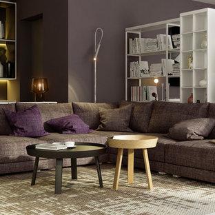 Esempio di un piccolo soggiorno contemporaneo aperto con libreria, pareti viola e parquet chiaro