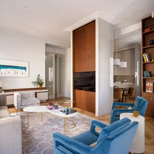 На фото: большая парадная, открытая гостиная комната в современном стиле с светлым паркетным полом, телевизором на стене и серыми стенами с