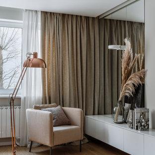 На фото: большая изолированная гостиная комната в современном стиле с белыми стенами, светлым паркетным полом и бежевым полом с
