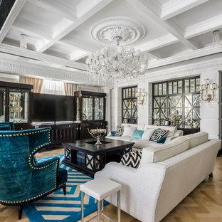 Идея дизайна: гостиная комната в классическом стиле с белыми стенами, светлым паркетным полом, отдельно стоящим ТВ и бежевым полом