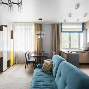 Неиссякаемый источник вдохновения для домашнего уюта: открытая гостиная комната в современном стиле с серыми стенами, телевизором на стене, светлым паркетным полом и бежевым полом без камина