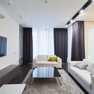 Идея дизайна: открытая гостиная комната в современном стиле с белыми стенами, темным паркетным полом, телевизором на стене и коричневым полом