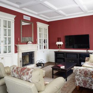 Repräsentatives, Offenes Klassisches Wohnzimmer mit roter Wandfarbe, Kamin, Kaminsims aus Stein und Wand-TV in Moskau