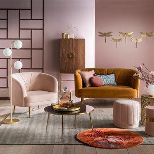 Идея дизайна: гостиная комната в современном стиле с розовыми стенами и светлым паркетным полом