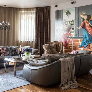 Неиссякаемый источник вдохновения для домашнего уюта: большая изолированная, парадная гостиная комната в стиле фьюжн с серыми стенами, паркетным полом среднего тона и коричневым полом