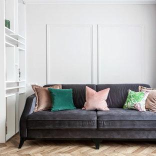 Esempio di un soggiorno tradizionale di medie dimensioni con pareti rosa, pavimento in laminato, TV autoportante e pavimento beige