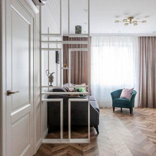 Immagine di un soggiorno chic di medie dimensioni con pareti rosa, pavimento in laminato, TV autoportante e pavimento beige