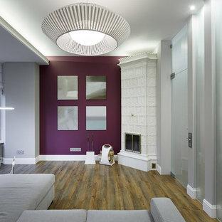 Imagen de salón abierto, contemporáneo, de tamaño medio, con paredes grises, suelo de linóleo, chimenea de esquina y marco de chimenea de baldosas y/o azulejos
