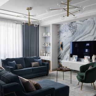 Источник вдохновения для домашнего уюта: большая открытая гостиная комната в современном стиле с синими стенами, телевизором на стене, коричневым полом, паркетным полом среднего тона, многоуровневым потолком и обоями на стенах