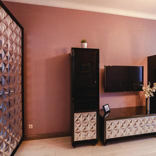 Ejemplo de biblioteca en casa cerrada, clásica, pequeña, con paredes marrones, suelo laminado, televisor colgado en la pared y suelo blanco