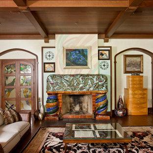 Неиссякаемый источник вдохновения для домашнего уюта: гостиная комната в восточном стиле с бежевыми стенами и стандартным камином
