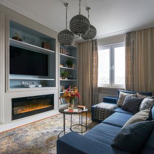 Inredning av ett modernt separat vardagsrum, med en väggmonterad TV och en bred öppen spis