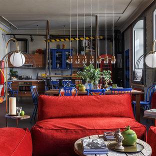 Cette image montre un grand salon bohème ouvert avec un mur gris, un sol en linoléum et un sol gris.
